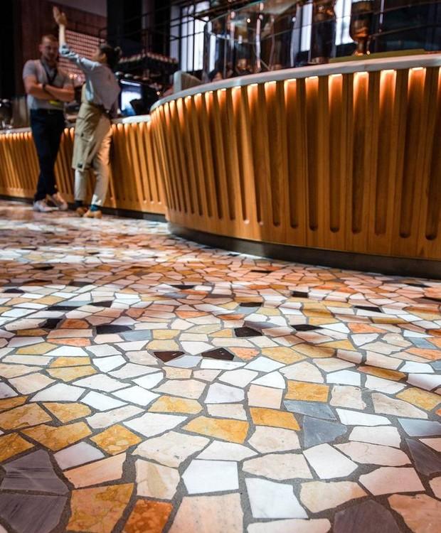 O piso é feito de mosaico no estilo palladiano (Foto: Starbucks/ Reprodução)