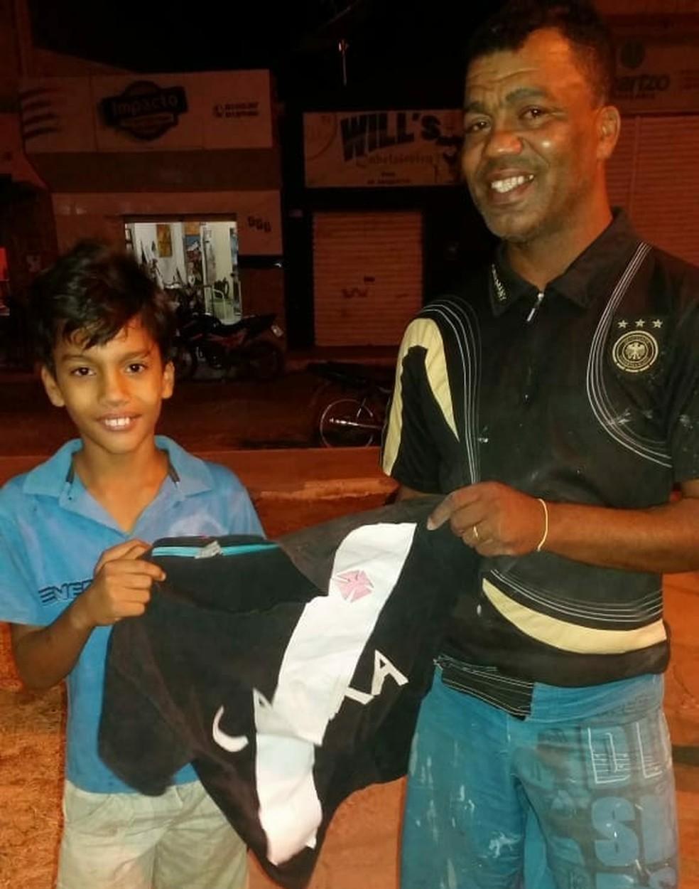 Otávio Coelho exibe aos vizinhos camisa feita com cola e papel (Foto   Arquivo Pessoal 42c9f2d2e506f