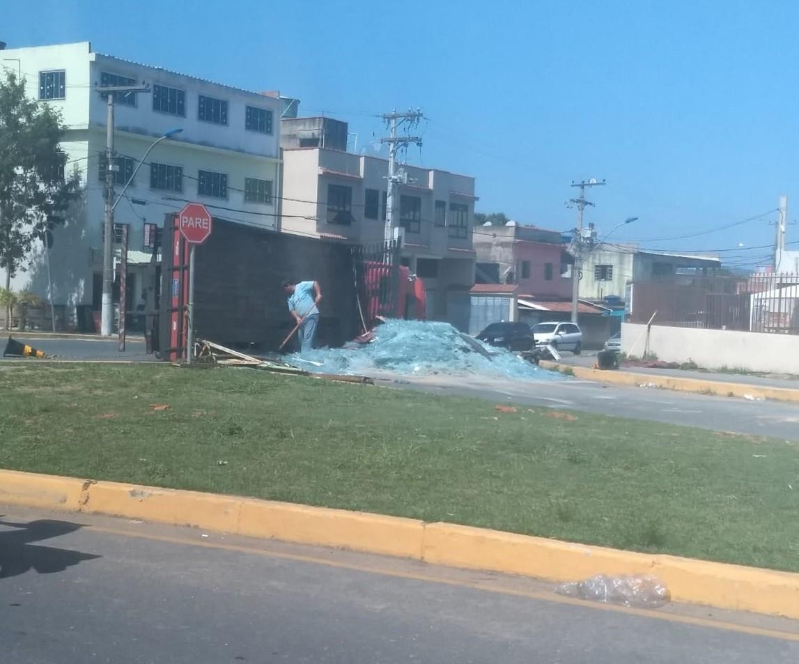 Caminhão carregado com vidro tomba no bairro Jardim das Acácias, em Porto Real - Notícias - Plantão Diário