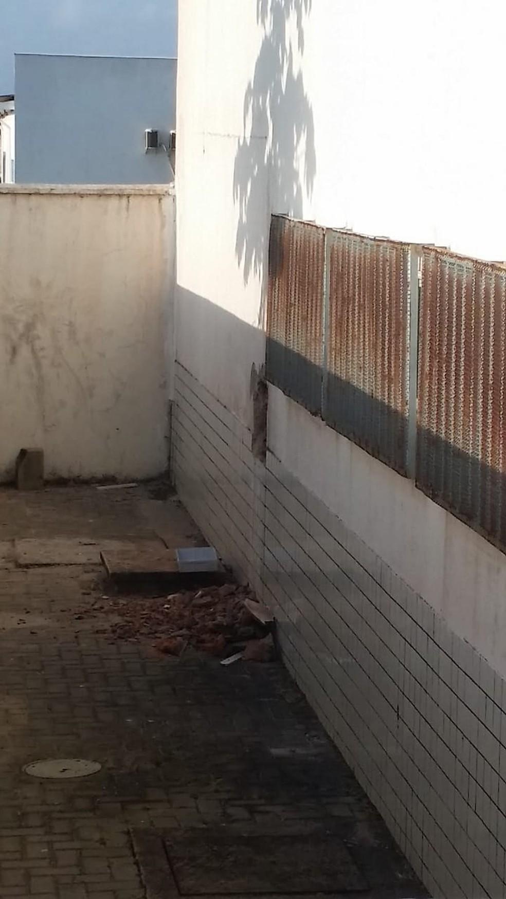 Bandidos abriram um buraco no fundo do banco utilizando maçarico, picareta e martelo com o intuito de ter acesso ao cofre — Foto: Douglas Pinto/TV Mirante