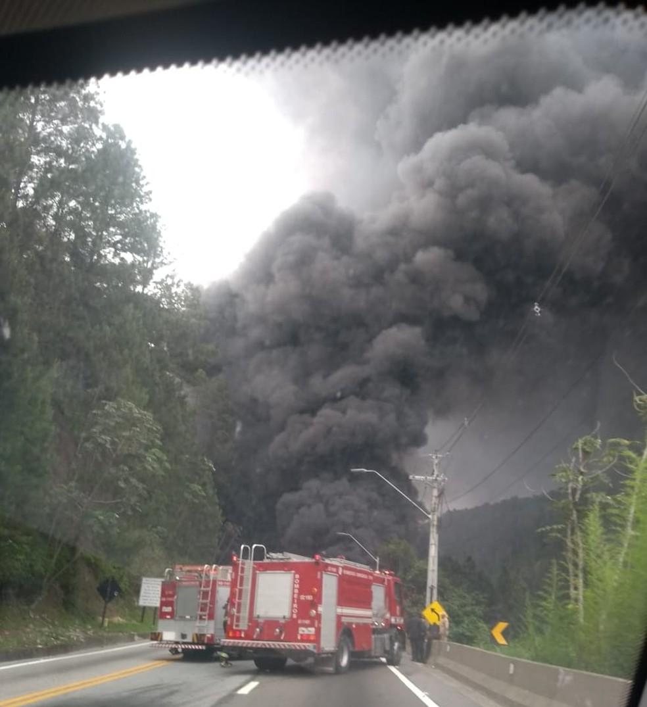 Caminhão estava carregando com combustível — Foto: Bombeiros/Divulgação