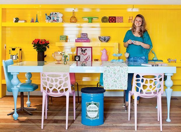 Cadeiras de diferentes modelos compõem a mesa de jantar de laca azul, mas a estrela da sala é a estante de laca amarela. A ideia é da arquiteta Letícia Arcangeli (Foto: Lufe Gomes)