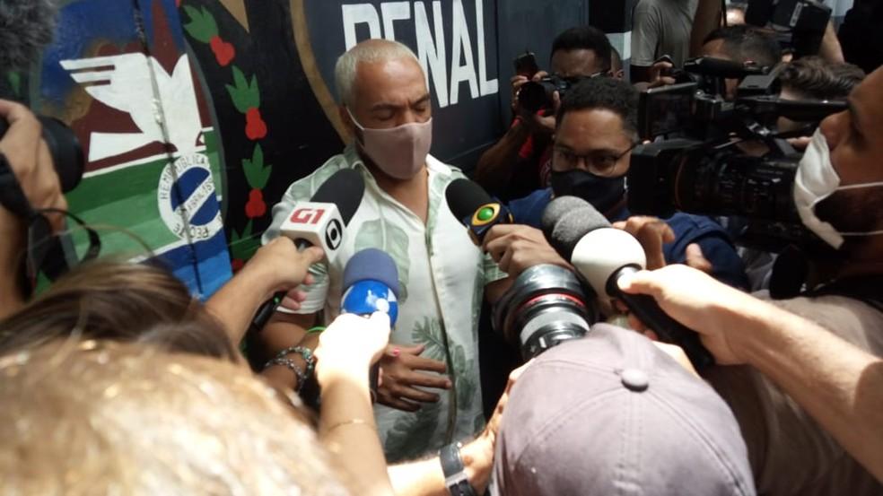 Cantor Belo deixou a cadeia na manhã desta quinta-feira (18) — Foto: Cristina Boeckel / G1