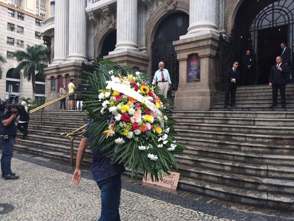 Coroa de flores enviada pelo cantor Zeca Pagodinho ao velório de Lúcio Mauro — Foto: Raísa Pires / G1