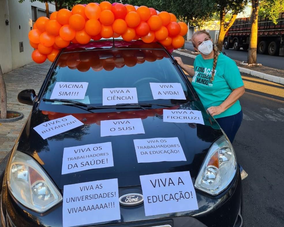 Coordenadora e professora universitária Daisy Romagnoli, de 53 anos, ao lado do carro enfeitado em Jales  — Foto: Arquivo pessoal