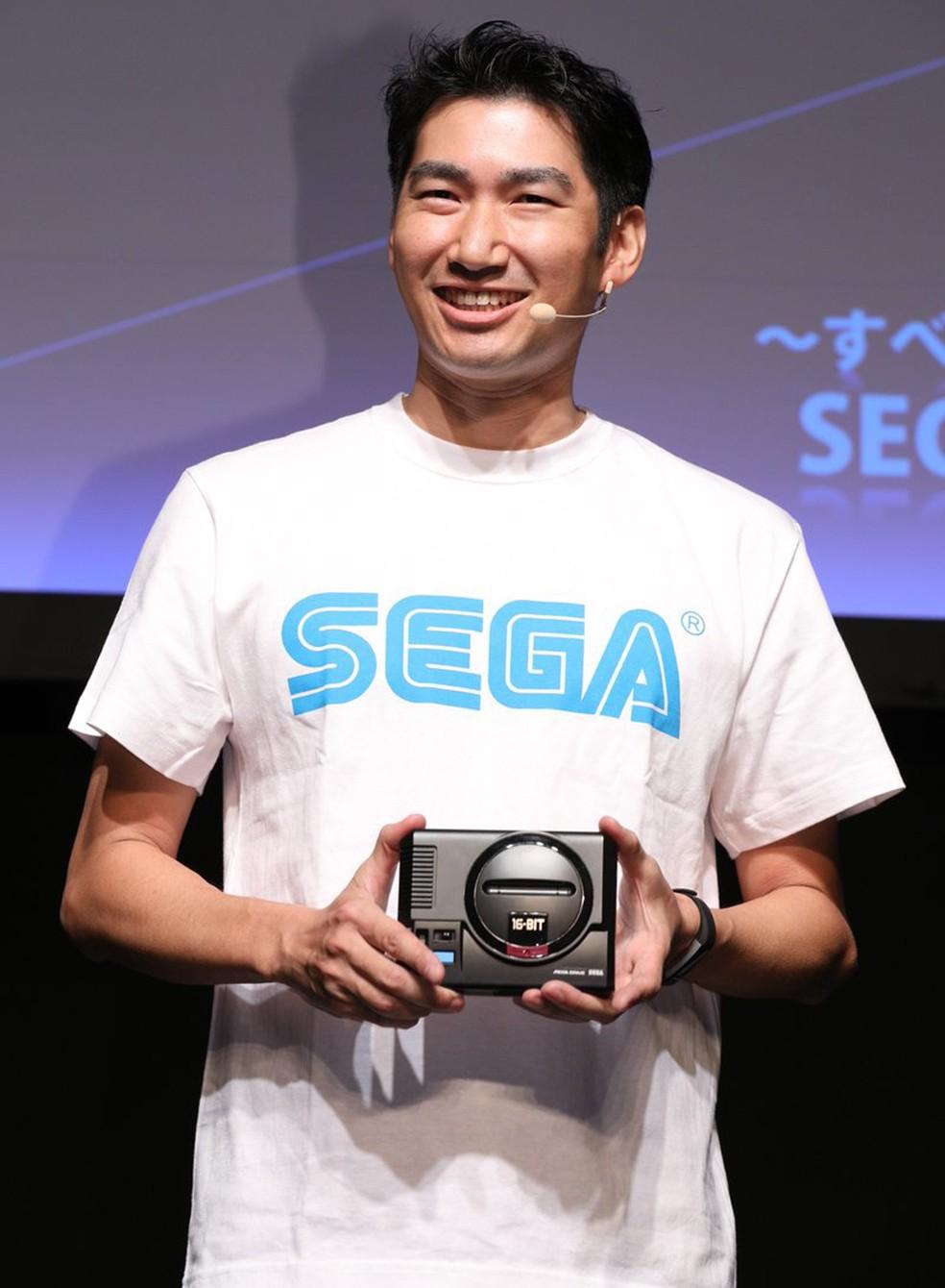 -  Executivo da Sega apresenta versão em miniatura do Mega Drive  Foto: Divulgação/Sega