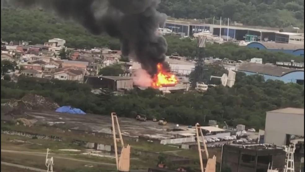 Incêndio em Guarujá nesta terça-feira (8) — Foto: G1 Santos