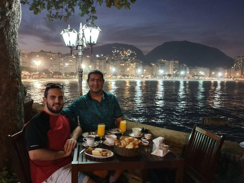 O médico Danilo com o marido, Gilberto Amaral. Os dois casaram em 2016. — Foto: Arquivo pessoal
