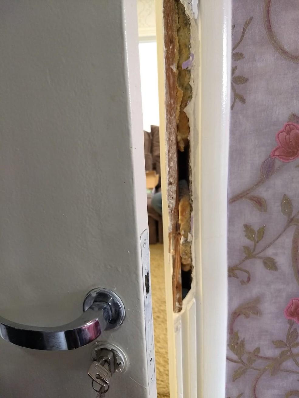 Segundo a polícia, porta do quarto de Cristiana Brittes foi arrombada, mas não é possível dizer quando arrombamento aconteceu — Foto: Wilson Kirsche/RPC