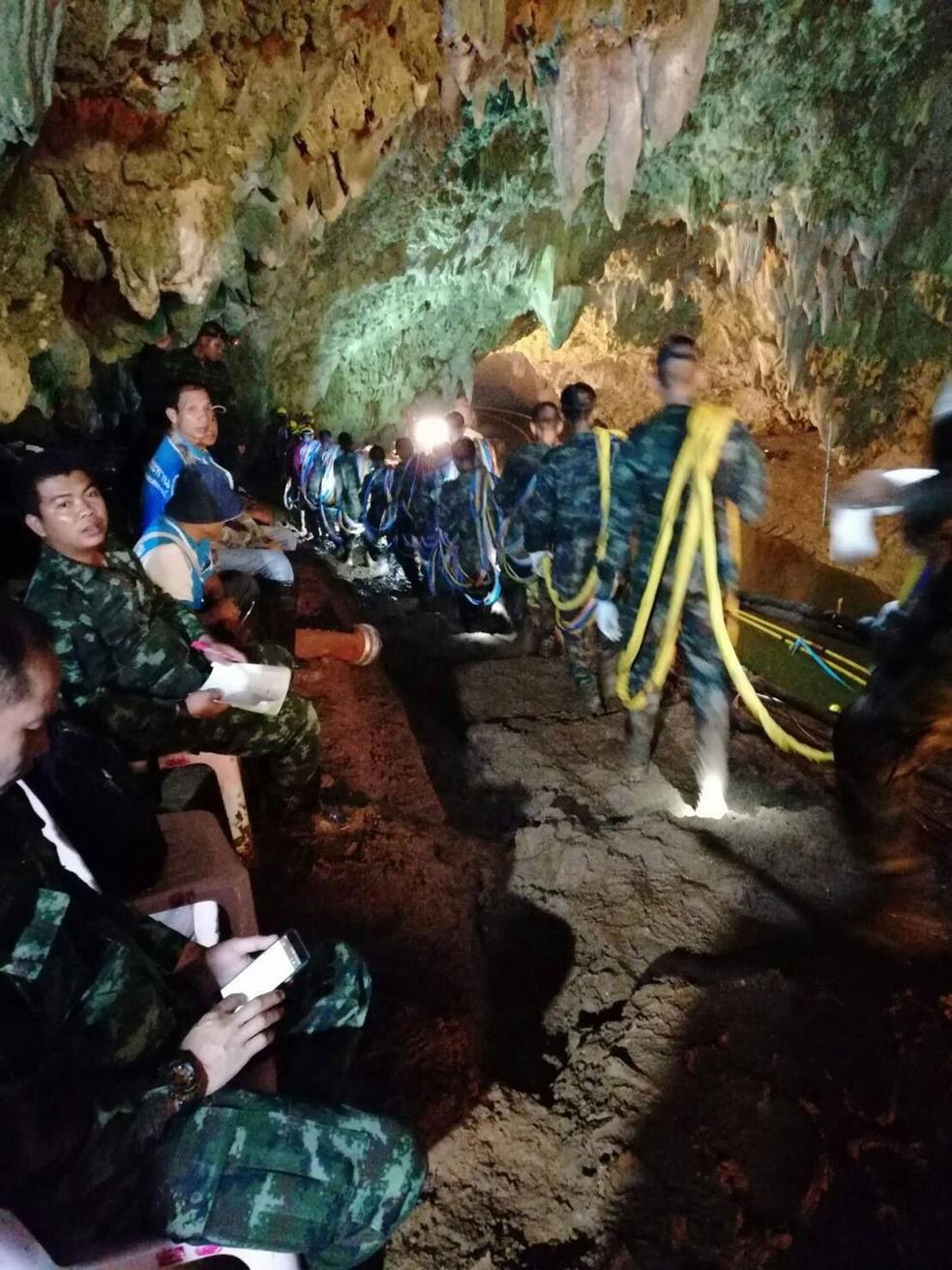 Soldados trabalham no resgate de grupo desaparecido na caverna Tham Luang, na Tailândia, nesta terça-feira (2)  (Foto: Royal Thai Navy / AFP)