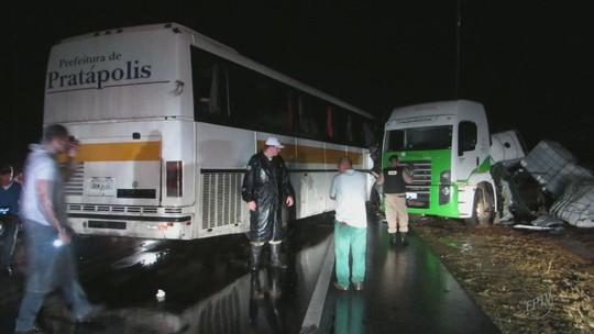 Três pessoas morrem em acidente com ônibus de estudantes no Sul de MG