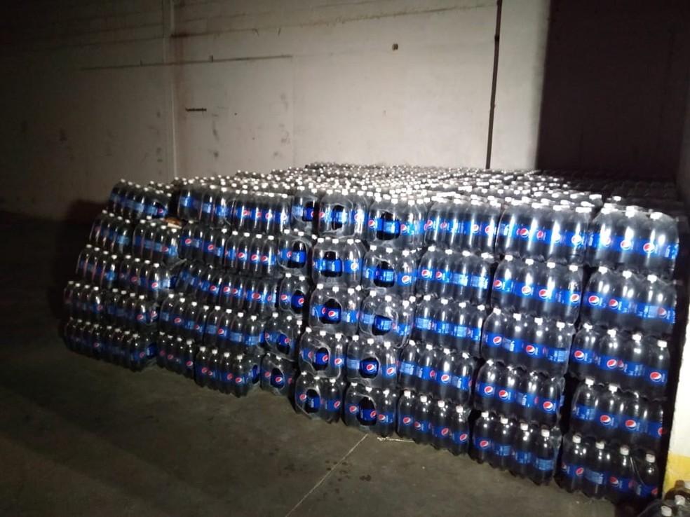 Carga de refrigerantes foi encontrada junto com pneus e cervejas dentro de galpão neste mês, em Parnamirim RN — Foto: Acson Freitas/Inter TV Cabugi