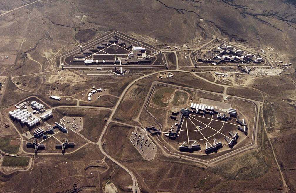 Vista aérea do complexo penitenciário que inclui o Supermax, presídio de segurança máxima onde o traficante El Chapo pode ficar preso o resto da vida — Foto: (Bureau of Prisons via The Gazette via AP, File