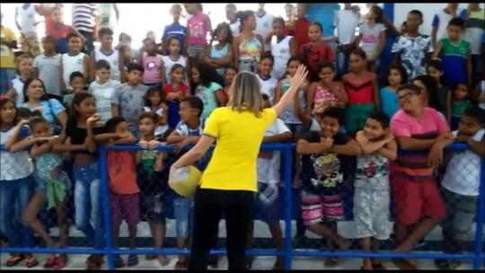 """Bicampeã olímpica, Fabi visita escola em Maceió e incentiva alunos: """"Esporte traz esperança"""""""