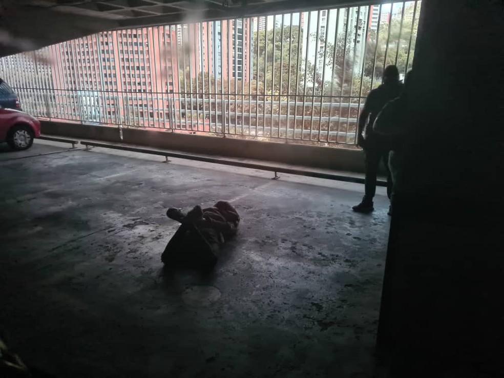 Foto publicada no Twitter por aliados de Juan Guaidó mostra o que seria a invasão da garagem do prédio onde mora o líder de oposição venezuelano nesta segunda (12) — Foto: Centro de Comunicación Nacional/Reprodução