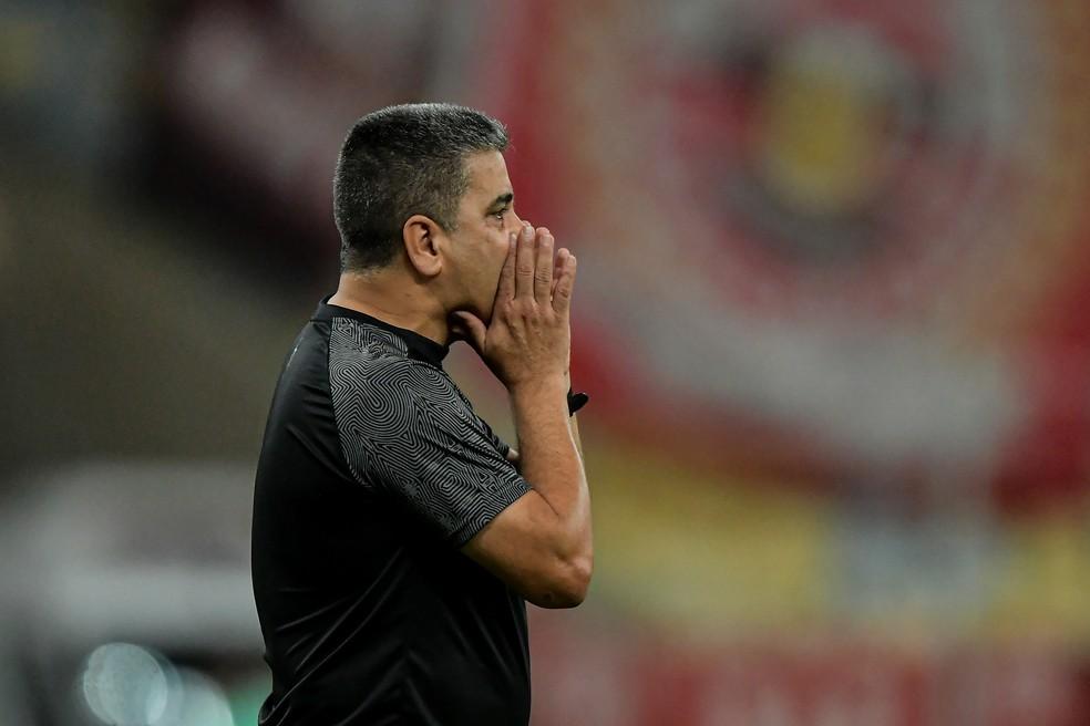 Marcelo Cabo, técnico do Vasco, no clássico contra o Flamengo — Foto: Thiago Ribeiro/AGIF