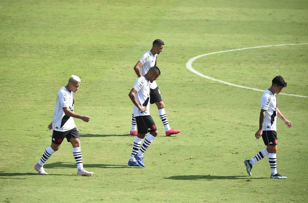 Léo Matos, entre Léo Jabá, Daniel Amorim (no alto) e Cano, saiu muito abatido com derrota do Vasco — Foto: André Durão