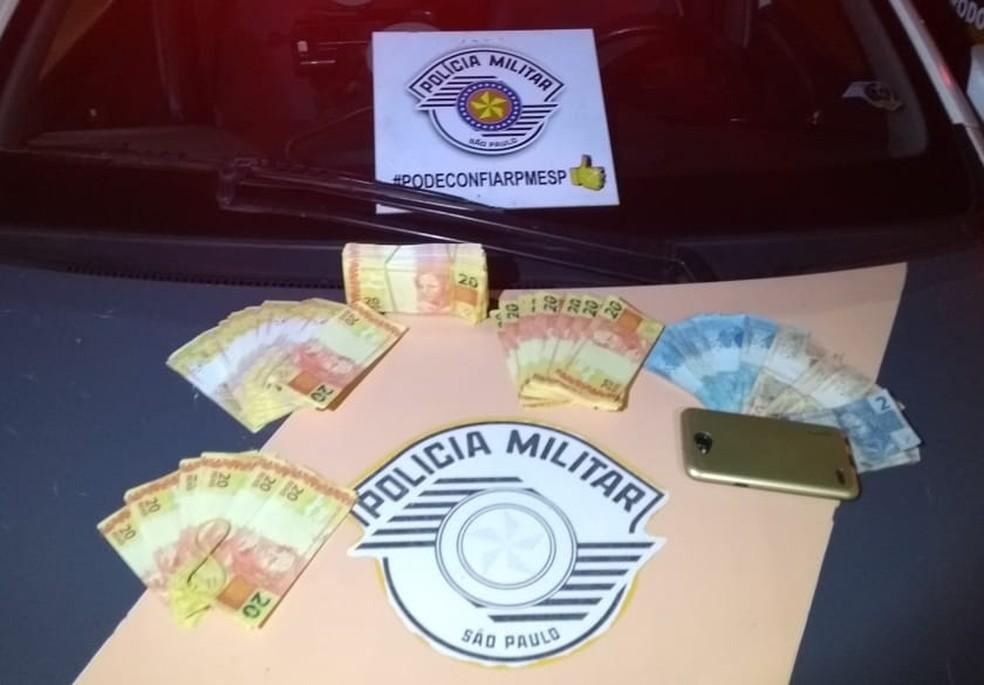 Notas falsas estavam em um veículo abordado em Presidente Epitácio (Foto: Polícia Militar Rodoviária/Divulgação)