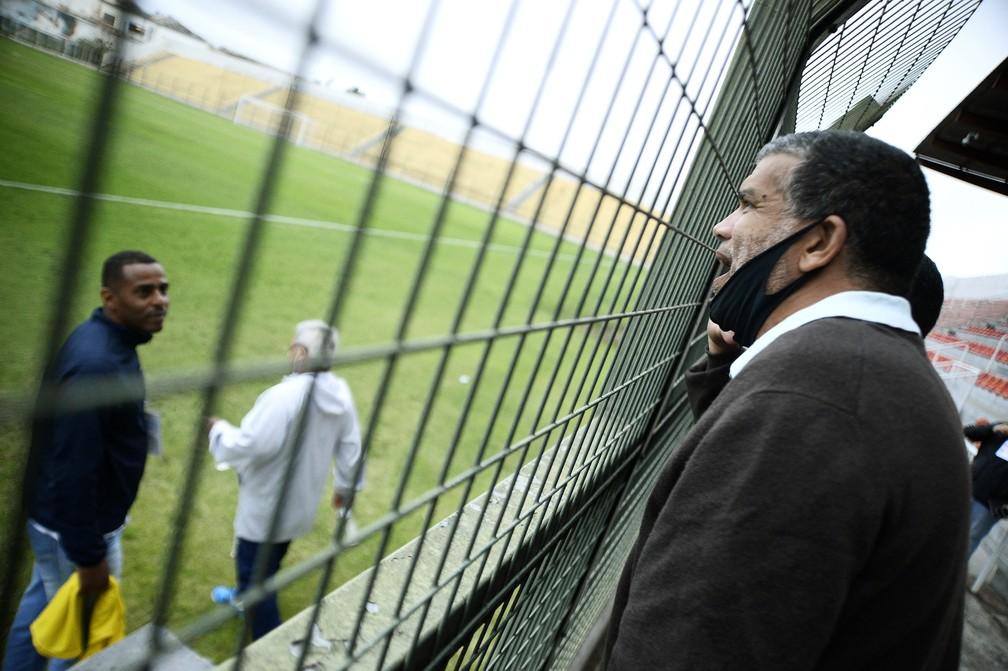 Roberto Costa, presidente do Atlético Mogi, conversa com o técnico Anderson — Foto: Marcos Ribolli