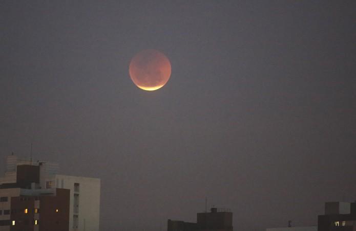Lua de sangue apareceu em Curitiba por volta das 18h40 desta sexta-feira (27) (Foto: Giuliano Gomes/ PR Press)