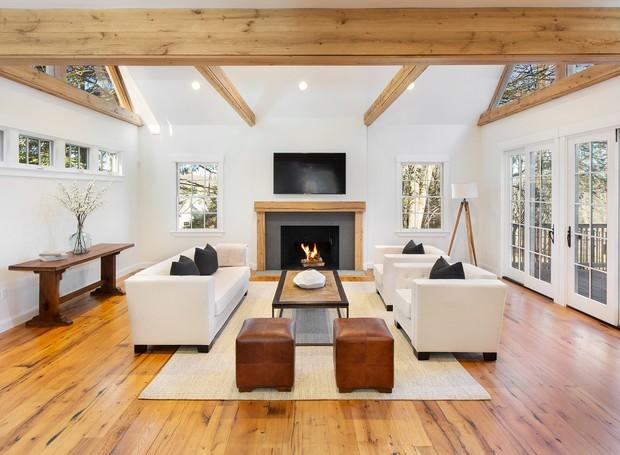 Dentro de um pequeno celeiro, uma sala de descanso possui lareira e televisão (Foto: The Wall Street Journal/ Reprodução)