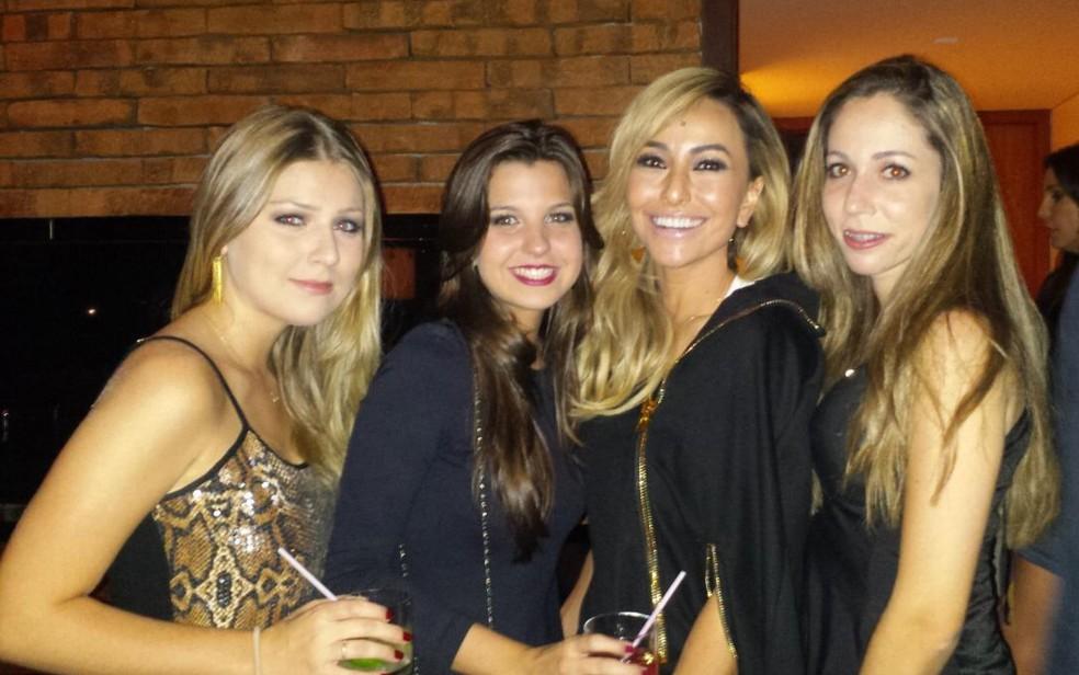 Marina Ozorio e as amigas também tiraram foto com a Sabrina Sato — Foto: Marina Ozorio/Arquivo Pessoal
