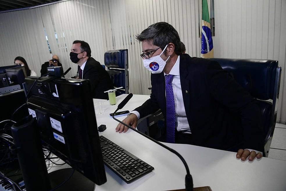 Senador Carlos Portinho (PL-RJ), relator do projeto de Clube Empresa | Descrição da imagem: senador Carlos Portinho, usando máscara branca, posicionado em frente ao computador durante sessão do Senado Federal — Foto: Pedro França / Agência Senado