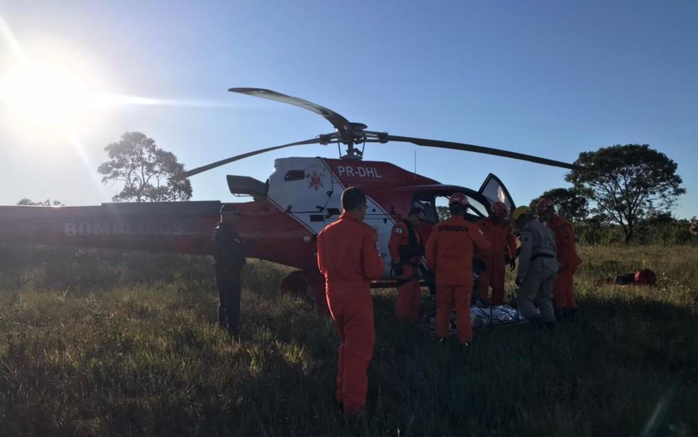 Piloto foi socorrido e levado de helicóptero para hospital, em Formosa — Foto: Guarda Civil/Divulgação