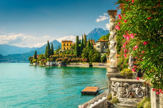 Famous luxury villa Monastero, stunning botanical garden decorated with mediterranean oleander flowers, lake Como, Varenna, Lombardy region, Italy, Europe (Foto: Getty Images/iStockphoto)