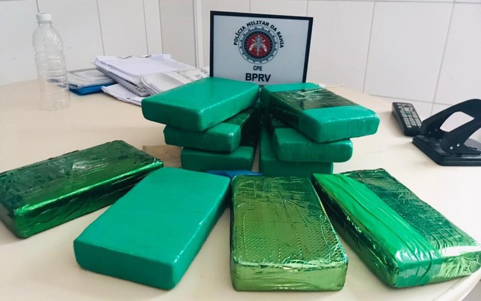 Quatro são presos e dez tabletes de cocaína são apreendidos na BA-052 — Foto: Divulgação / PM