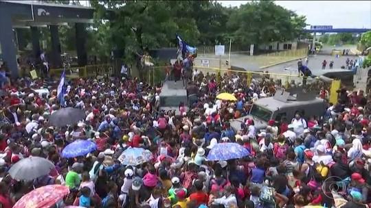 Imigrantes em caravana entram em confronto com polícia mexicana