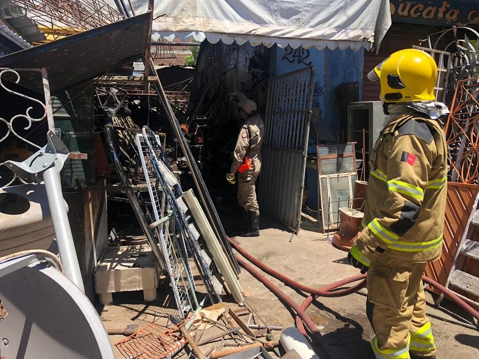 Após vítima ser socorrida para hospital, um incêndio foi registrado na serralharia do pai do suspeito — Foto: Mário Aguiar/TV Paraíba