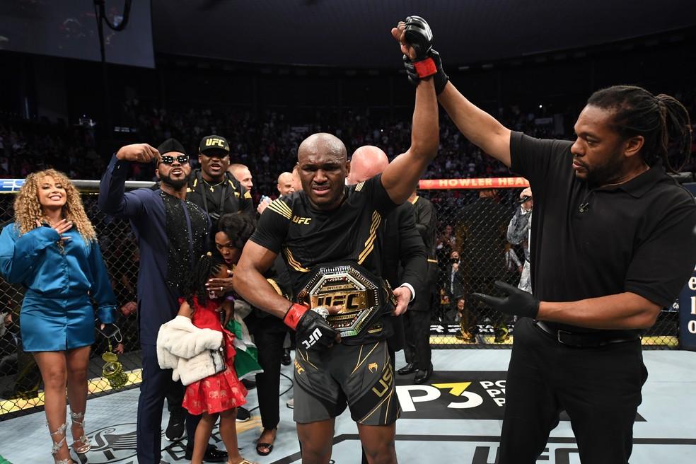 Kamaru Usman comemora a vitória sobre Masvidal — Foto: Getty Images