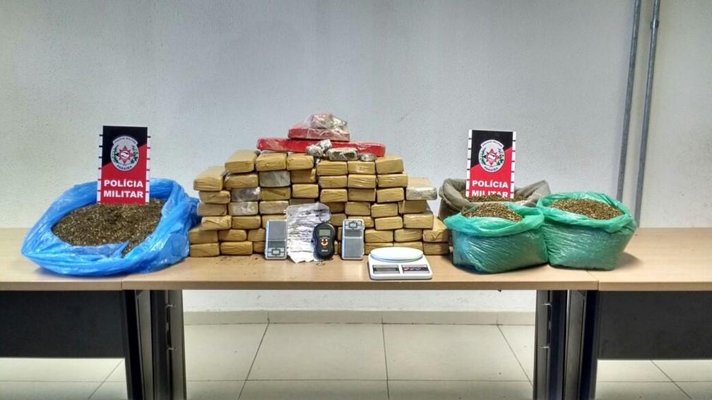 Mais de 50 kg de maconha foram apreendidas dentro de casa em João Pessoa (Foto: Wagner Varela/PMPB)