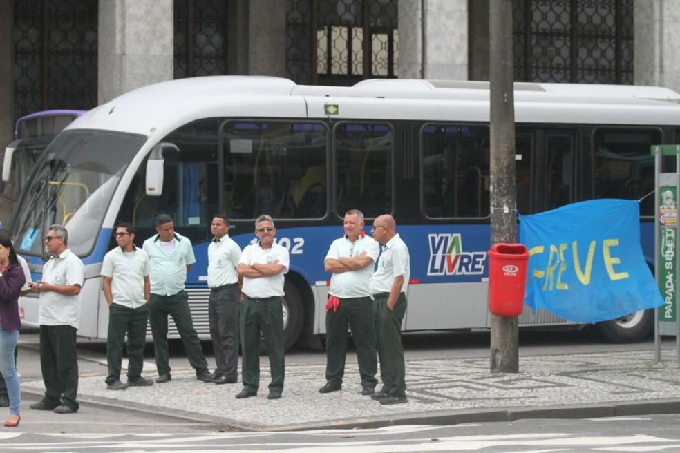 Motoristas cruzaram os braços na manhã desta quinta-feira, no Centro do Recife, e prejudicaram a circulação de ônibus (Foto: Marlon Costa/Pernambuco Press)