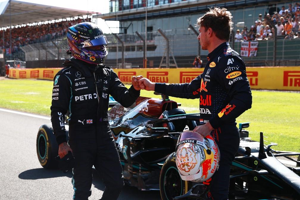 Max Verstappen e Lewis Hamilton se cumprimentam após a Classificação Sprint em Silverstone — Foto: Mark Thompson/Getty Images