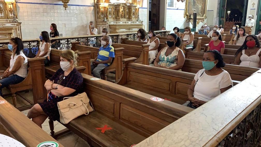 Fiéis na Igreja do Bonfim, em Salvador, no primeiro dia de reabertura do templo religioso após 4 meses — Foto: Giana Mattiazzi/ TV Bahia