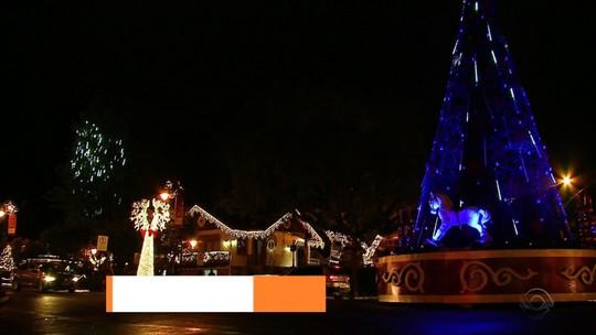 Papai Noel e até 'neve' encantam turistas no Natal Luz de Gramado