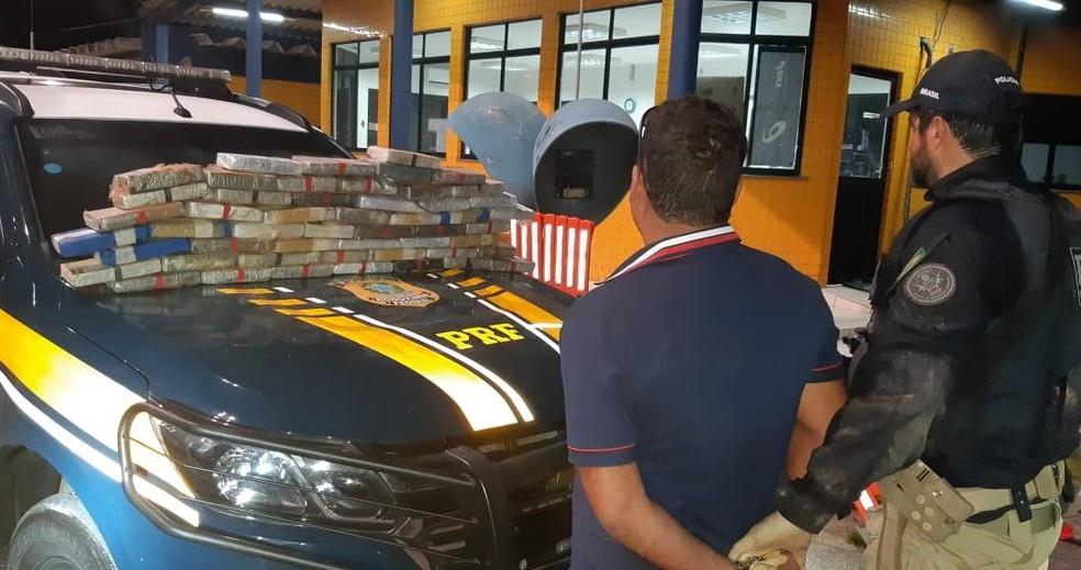 Condutor do veículo foi preso em flagrante por tráfico de drogas e conduzido para a sede da PRF, em Fortaleza. — Foto: PRF/Divulgação