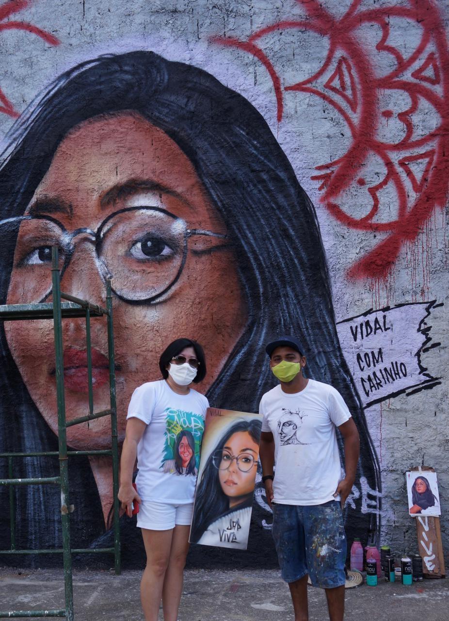 Amigos pintam mural como homenagem à grafiteira morta após cair do Edifício São Pedro, em Fortaleza