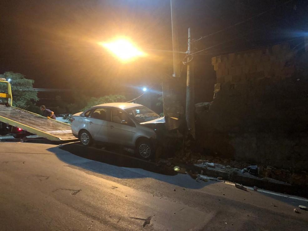 Parte da frente do veículo ficou completamente destruída — Foto: Polícia Militar/Divulgação