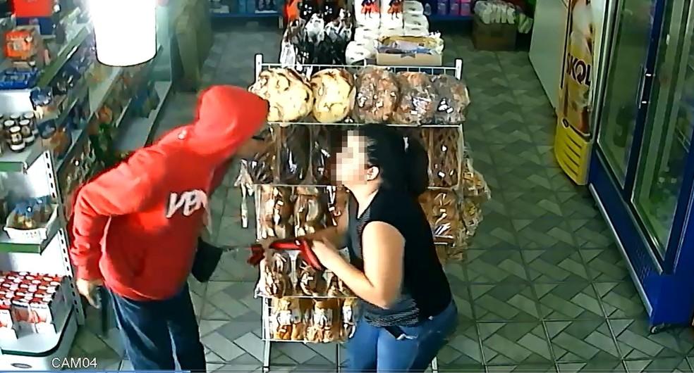 Ladrão puxa a bolsa da vítima durante o assalto a uma padaria em Rio Preto (Foto: Reprodução/Câmera de segurança)