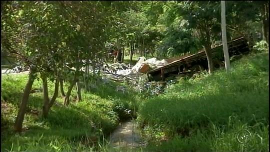 Motorista morre esmagado por carga de adubo após caminhão cair em córrego