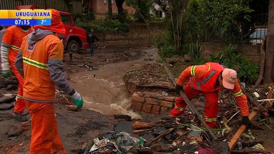 Bombeiros retomam buscas a mulher que desapareceu após casa desabar em Porto Alegre