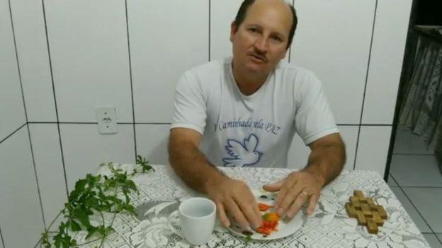 YouTuber brasileiro diz que melão-de-são-caetano cura câncer, mas não há comprovação científica disso; procurado pela BBC, ele colocou o vídeo em modo privado (Foto: Reprodução/Youtube via BBC News)