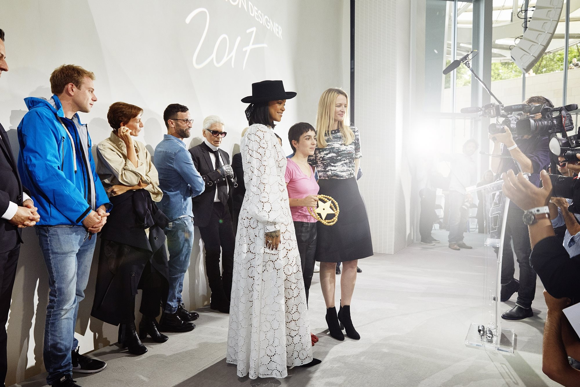 Final da edição 2017 do LVMH Prize, com Rihanna e a vencedora Marine Serre (Foto: Divulgação)