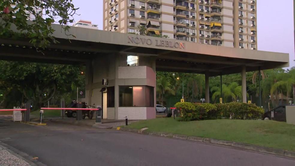 Policiais foram até condomínio onde mora o ex-controlador da OS Iabas — Foto: TV Globo