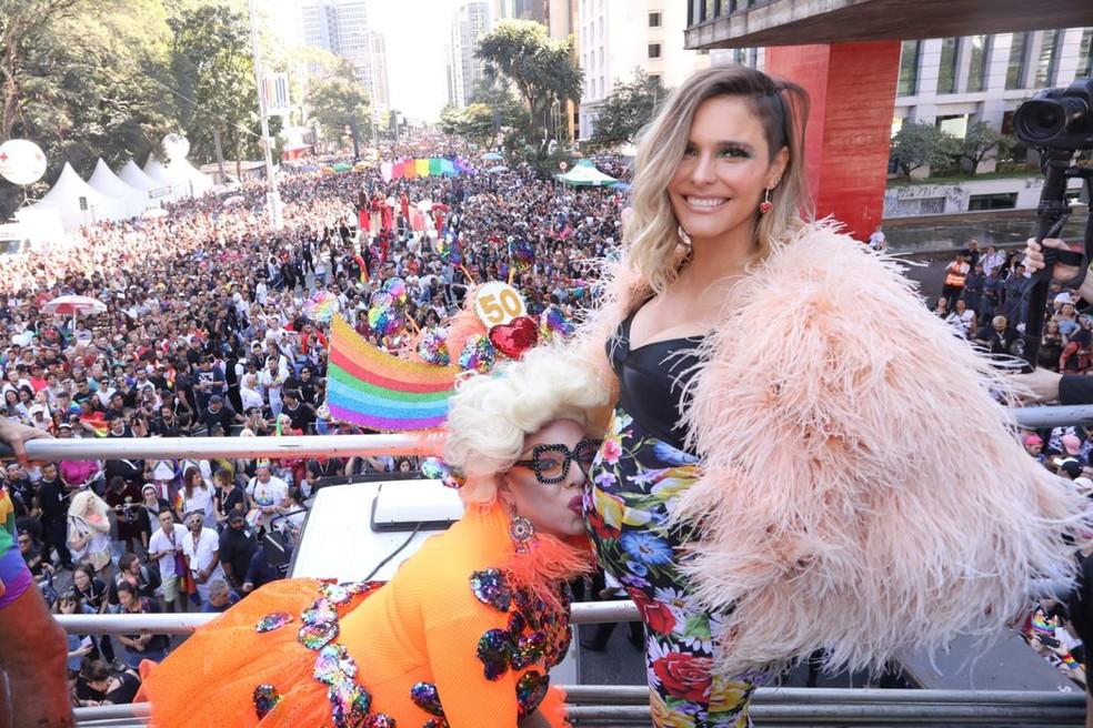 Fernanda Lima com a drag queen Tchaka, apresentadora do evento. — Foto: Celso Tavares/G1