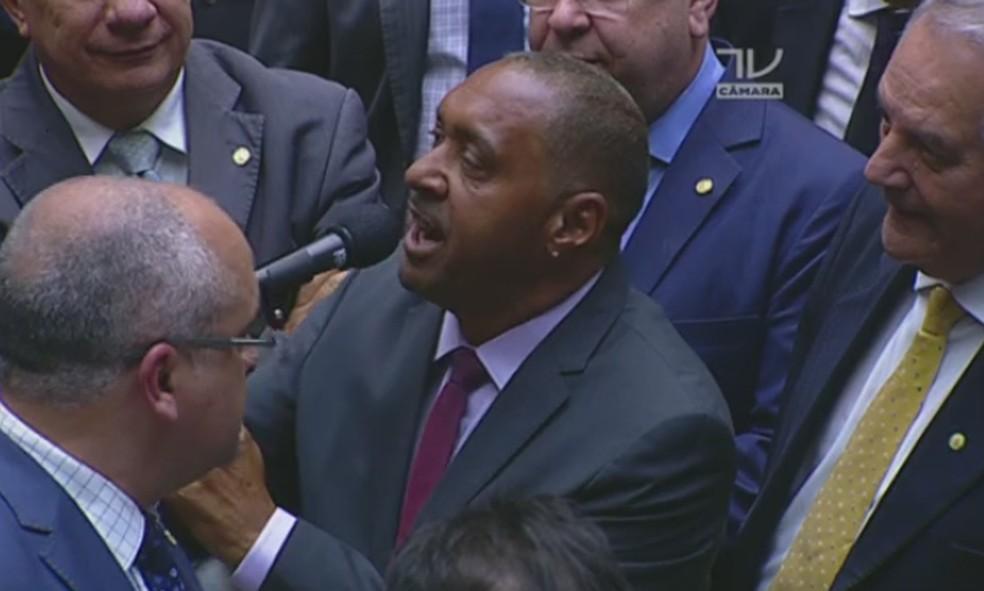 Tiririca vota na Câmara dos Deputados  (Foto: Reprodução/ TV Globo)