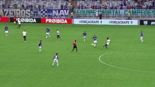"""Corintiano Cristian acerta o árbitro ao tentar cruzamento e leva """"garrancho"""""""